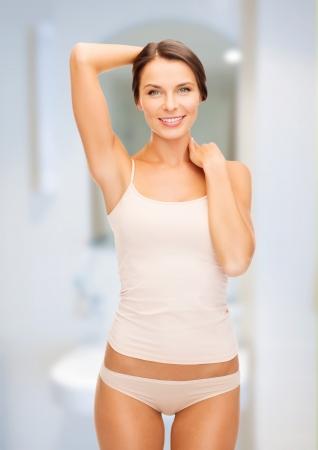 femme en sous vetements: la santé et le concept de beauté - belle femme en sous-vêtements de coton beige