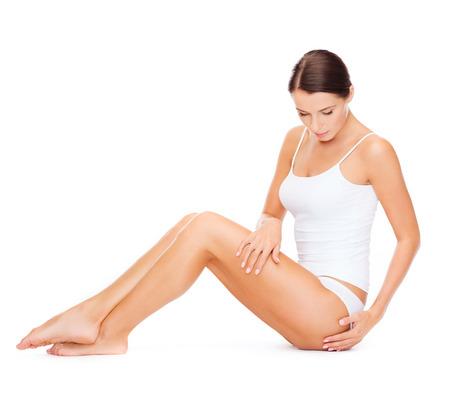 femme en sous vetements: la santé et le concept de beauté - belle femme en sous-vêtements de coton blanc