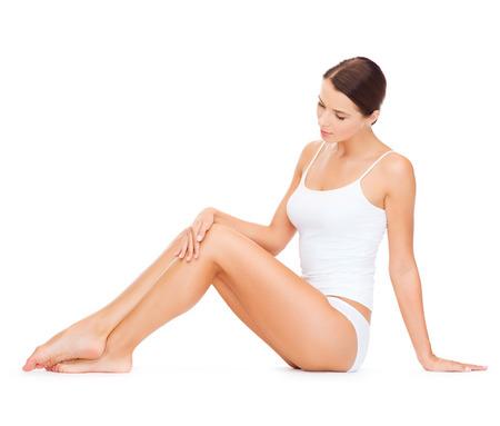 gezondheid en schoonheid concept - mooie vrouw in wit katoenen ondergoed