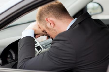 chofer: transporte y del veh�culo - hombre de negocios cansado o conductor de coche de taxi