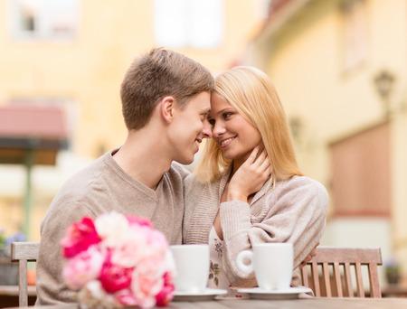 vacances d �t�: vacances d'�t�, amour, voyage, tourisme, relations et le concept de rencontres - couple romantique heureux baisers dans le caf� Banque d'images