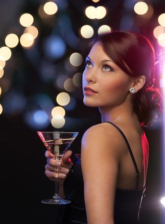 Luxus, vip, Nachtleben, Party-Konzept - schöne Frau im Abendkleid mit Cocktail Standard-Bild - 23288092