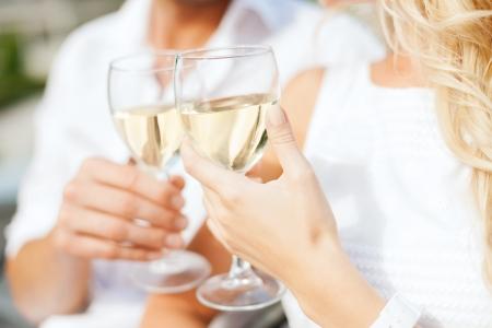 暑假和约会概念 - 夫妇在咖啡馆的饮用的酒在城市