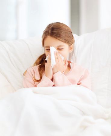 gezondheidszorg en de geneeskunde concept - ziek meisje met een papieren tissue