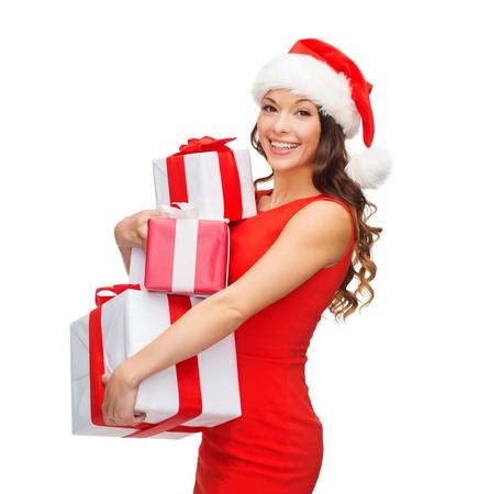 Navidad, Navidad, día de San Valentín, concepto de celebración - sonriente mujer de vestido rojo con muchas cajas de regalo
