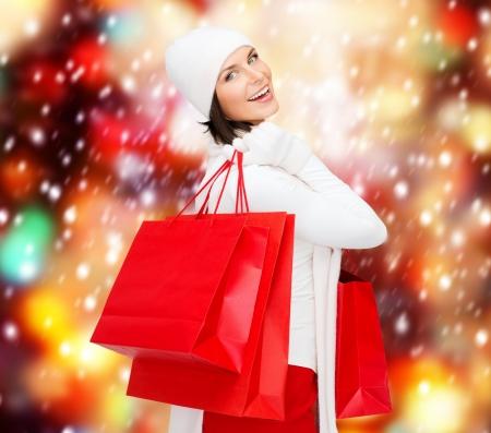 consommateurs: vente au d�tail et concept - femme heureux dans des v�tements d'hiver avec des sacs Banque d'images