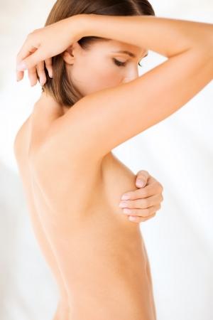 mujer desnuda senos: la salud, la medicina, el concepto de belleza - Mujer de mama control de signos de c�ncer Foto de archivo