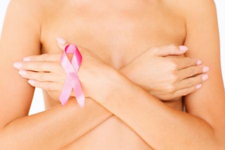 pechos: la salud, la medicina, el concepto de belleza - mujer desnuda con la cinta de la conciencia del c�ncer de mama
