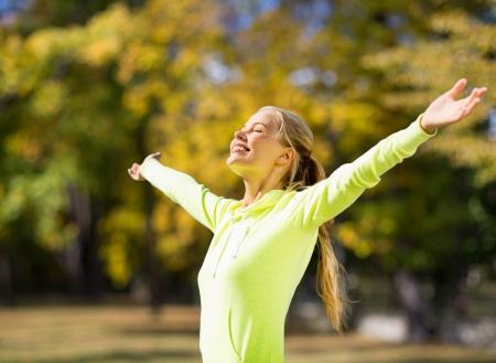 フィットネスやライフ スタイル コンセプト - 屋外スポーツをする女性
