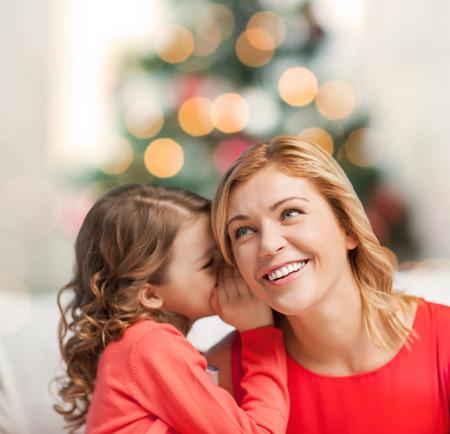 niños hablando: Navidad, Navidad, invierno, concepto de la felicidad - la madre y la hija Chisme susurrante