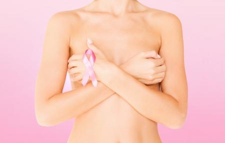 beaux seins: la sant�, la m�decine, le concept de la beaut� - femme nue avec ruban de conscience de cancer du sein
