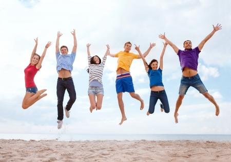 여름, 휴일, 휴가, 행복 한 사람들이 개념 - 해변에서 점프 친구의 그룹