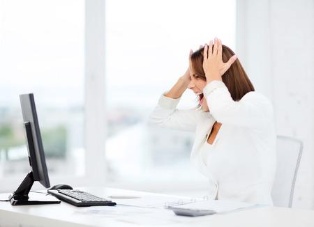 zaken, kantoor, school, probleem, crisis, stress en onderwijs concept - benadrukte zakenvrouw met een computer op het werk