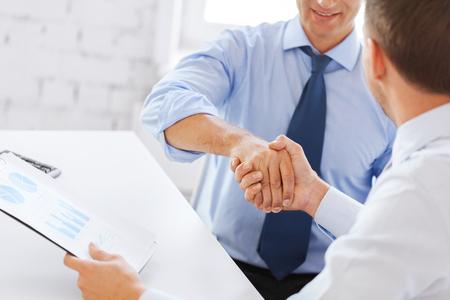 ビジネスとオフィス コンセプト - オフィスで握手する 2 人のビジネスマン 写真素材 - 23671422