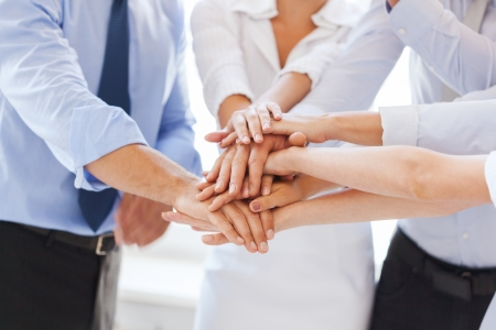 Equipe: réussite et de gagner concept - l'équipe d'affaires heureux de célébrer la victoire dans le bureau