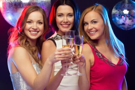"""despedida de soltera: , Celebración, amigos, despedida de soltera """"año nuevo"""", concepto cumpleaños - tres hermosa mujer en traje de noche con una copa de champagne"""