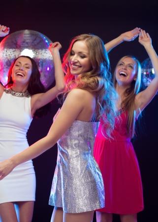 """club: partito """"nuovo anno"""", festa, amici, addio al nubilato, concept di compleanno - tre bella donna in abiti da sera a ballare nel club Archivio Fotografico"""