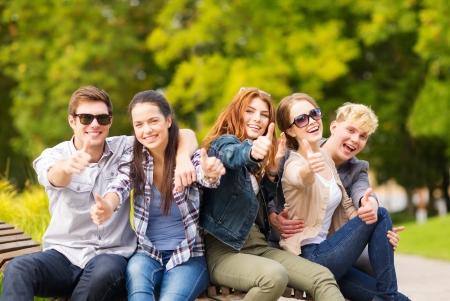 夏休み、教育、キャンパス、10 代コンセプト - 学生やティーンエイ ジャー親指を示すグループ