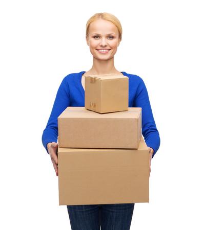 posta, pacchetto e concetto di consegna - donna sorridente in abiti casual con molte cassette dei pacchi