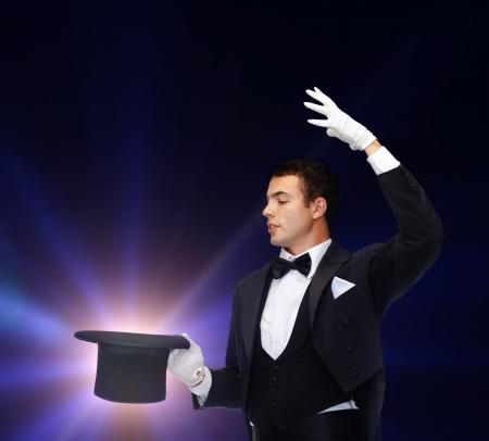 magie, prestaties, circus, tonen concept - tovenaar in hoge hoed met truc Stockfoto