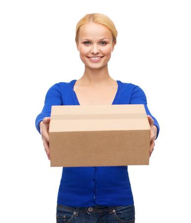 posta, pacchetto e concetto di consegna - donna sorridente in abiti casual con cassetta dei pacchi