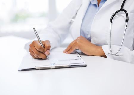 健康・医療コンセプト - 女性医師の処方箋を書く