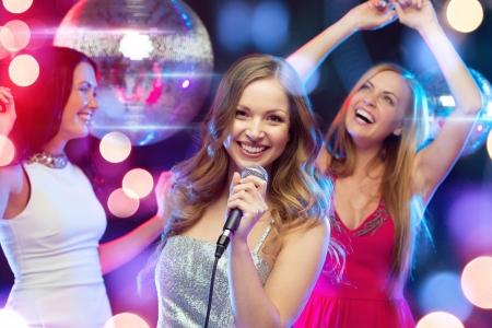 자, 새로운 년, 축하, 친구, 처녀 파티, 생일 개념 - 저녁 드레스에 세 여자 춤과 노래 가라오케