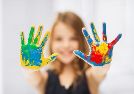 niños pintando: la educación, la escuela, el arte y el concepto painitng - niña estudiante que muestra las manos pintadas