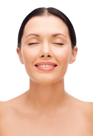 ojos cerrados: belleza, spa y el concepto de salud - mujer joven y sonriente con los ojos cerrados
