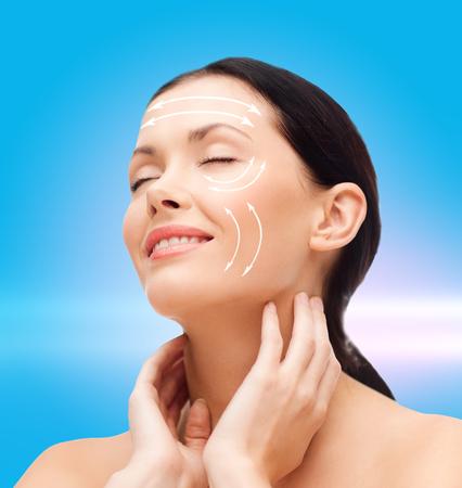 arrugas: belleza, spa y el concepto de salud - mujer joven y sonriente con los ojos cerrados