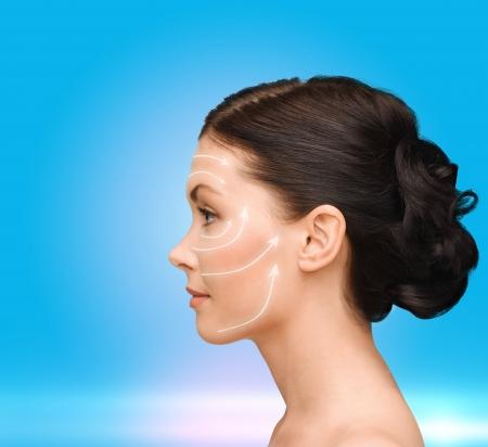 arrugas: belleza, spa y el concepto de salud - mujer joven y sonriente