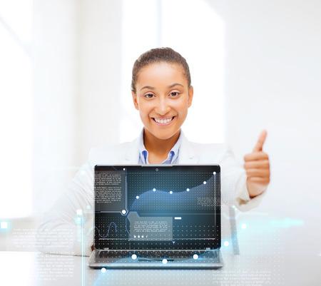 비즈니스, 새로운 기술과 인터넷 개념 - 노트북 컴퓨터와 웃는 여자