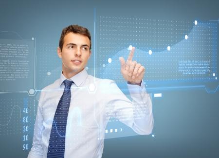 비즈니스, 새로운 기술 및 통신 개념 - 사업가 거기에 가상 화면 및 그래프 작업