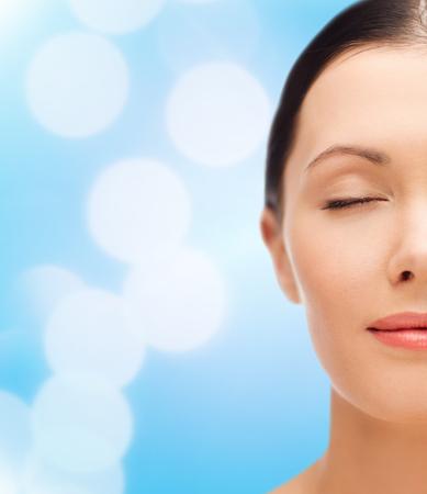 ojos cerrados: belleza, spa y el concepto de salud - mujer joven relajada con los ojos cerrados Foto de archivo
