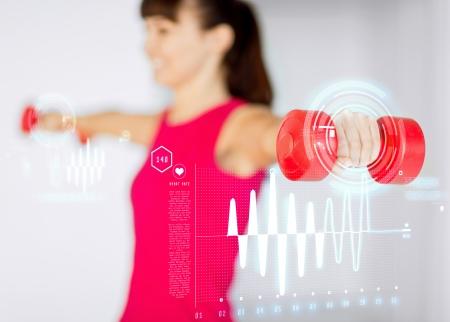 fitness training: sport, fitness, training en geluk concept - sportieve vrouw handen met licht rode domoren Stockfoto