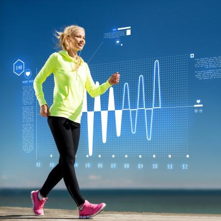 salud y deporte: fitness, deporte, capacitaci�n, tecnolog�a y estilo de vida concepto - mujer haciendo deporte al aire libre con auriculares Foto de archivo