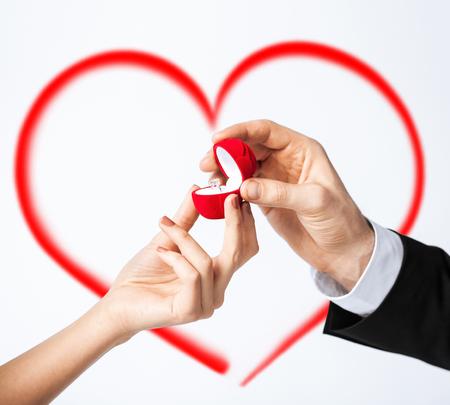 anillo de compromiso: el amor, la familia, el concepto de aniversario - par de manos con anillo de compromiso Foto de archivo