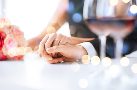 donna innamorata: amore, famiglia, concetto anniversario - coppia di fidanzati con bicchieri di vino al ristorante Archivio Fotografico