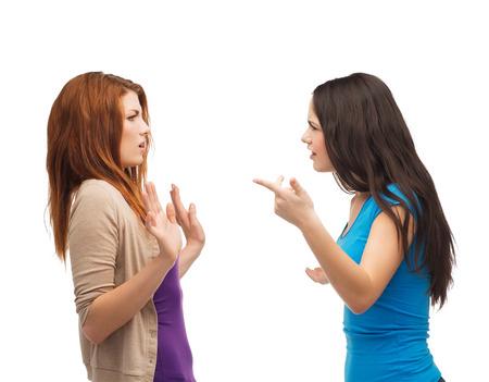 pesten, vriendschap en mensen concept - twee tieners die een strijd