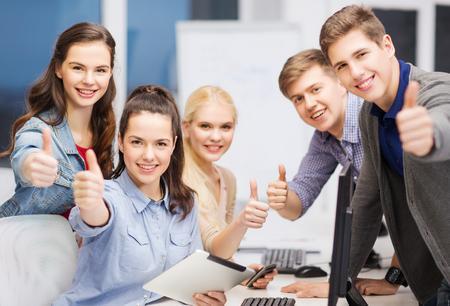 Bildung, Techologie und Internet-Konzept - Gruppe von Studenten lächelnd mit Computer-Monitor und Tablet-PC