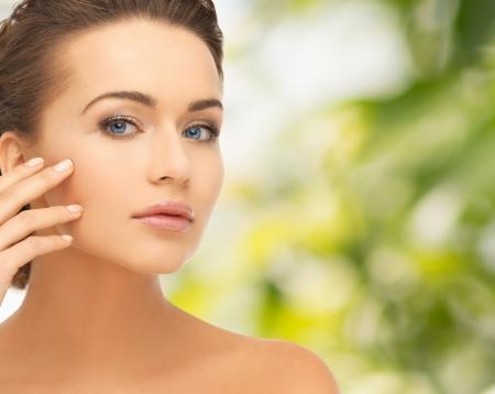 piel humana: la salud y el concepto de belleza - la cara y las manos de la mujer hermosa con updo Foto de archivo