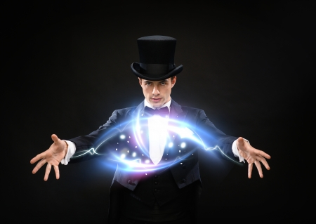 magia, rendimiento, circo, concepto de espectáculo - mago con sombrero de copa mostrando truco
