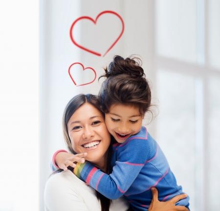 přátelský: rodina, děti a šťastní lidé koncept - objímání matka a dcera