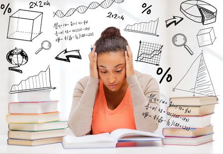 adolescentes estudiando: estudiante cansado con la pila de libros y notas que estudian en el interior