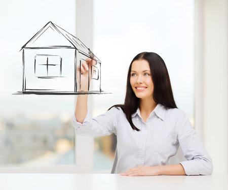 femme dessin: femme souriante dessin maison sur l'�cran virtuel
