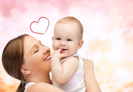 familie, kinderen, ouderschap en geluk concept - gelukkige moeder met schattige baby