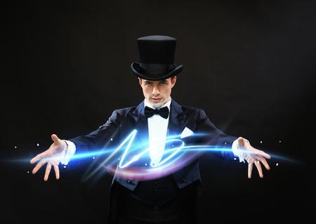 magia, performance, circo, demostración concepto - mago en la parte superior que muestra hat trick Foto de archivo