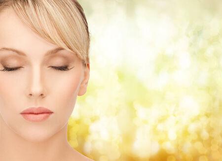 ojos cerrados: la salud, el spa y el concepto de belleza - mujer hermosa con el pelo rubio