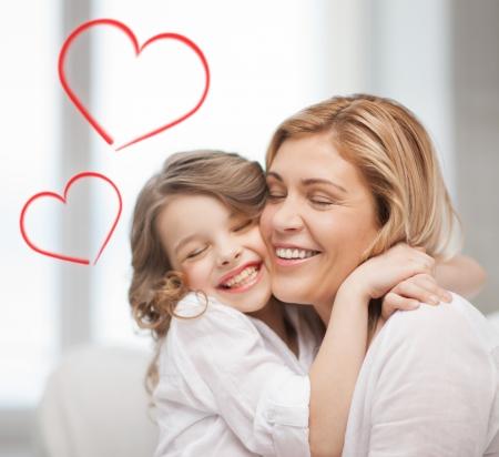 가족, 어린이, 사랑 개념 - 포옹 엄마와 딸