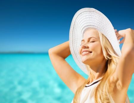 la moda y el concepto de estilo de vida - mujer hermosa en el sombrero que goza de verano al aire libre